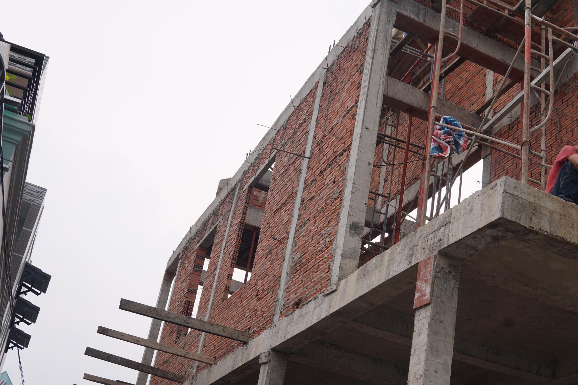 thi cong nha 2 tang mat tien 6m 9 Mẫu nhà 2 tầng 6x12m khiêm tốn về diện tích   Thông Minh về thiết kế của vợ chồng 9X