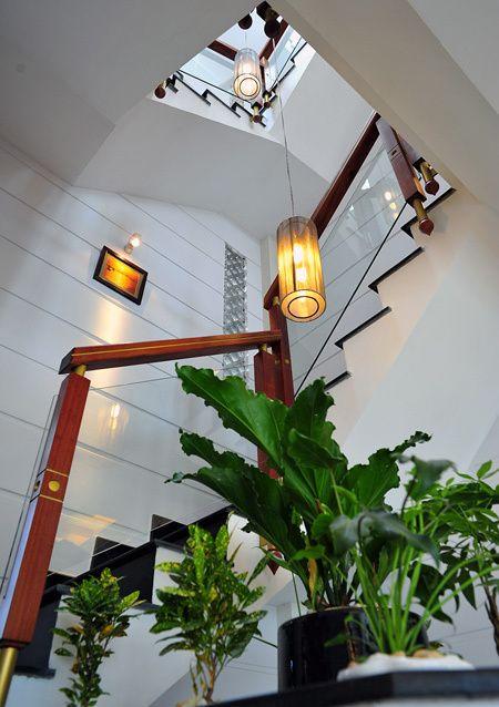 gieng troi cau thang Mẫu nhà 3 tầng đẹp hiện đại 6,7x12m có 3 giếng trời cho chủ nhà ưu tiên ánh sáng ở Biên Hòa