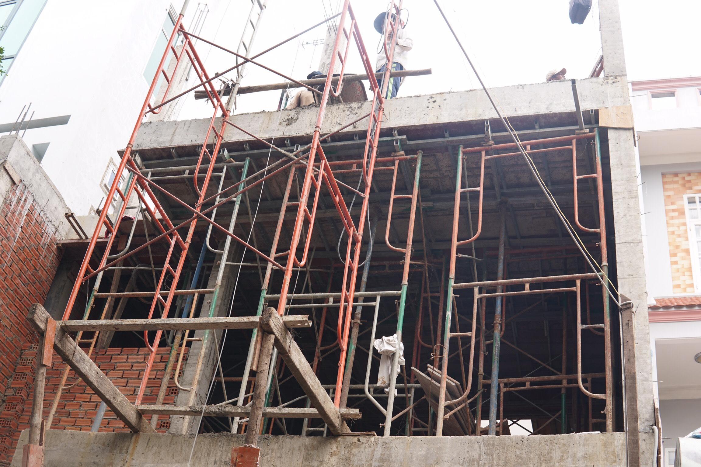 thi cong nha 3 tang hien dai cong ty xay dung bien hoa 6 Mẫu nhà 3 tầng đẹp hiện đại 6,7x12m có 3 giếng trời cho chủ nhà ưu tiên ánh sáng ở Biên Hòa