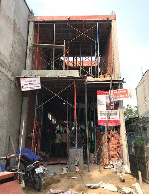 cong ty xay dung bien hoa nha chi suong 1 Mẫu nhà 3 tầng hiện đại 4,7m dài 15m để thỏa mái ô tô đang thi công ở Amata Biên Hòa