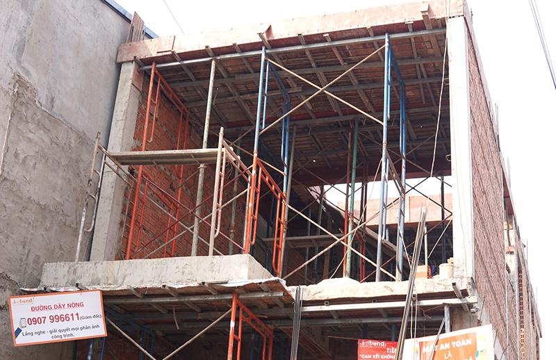 cong ty xay dung bien hoa nha chi suong 6 Mẫu nhà 3 tầng hiện đại 4,7m dài 15m để thỏa mái ô tô đang thi công ở Amata Biên Hòa