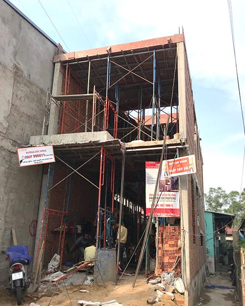 cong ty xay dung bien hoa nha chi suong 7 Mẫu nhà 3 tầng hiện đại 4,7m dài 15m để thỏa mái ô tô đang thi công ở Amata Biên Hòa