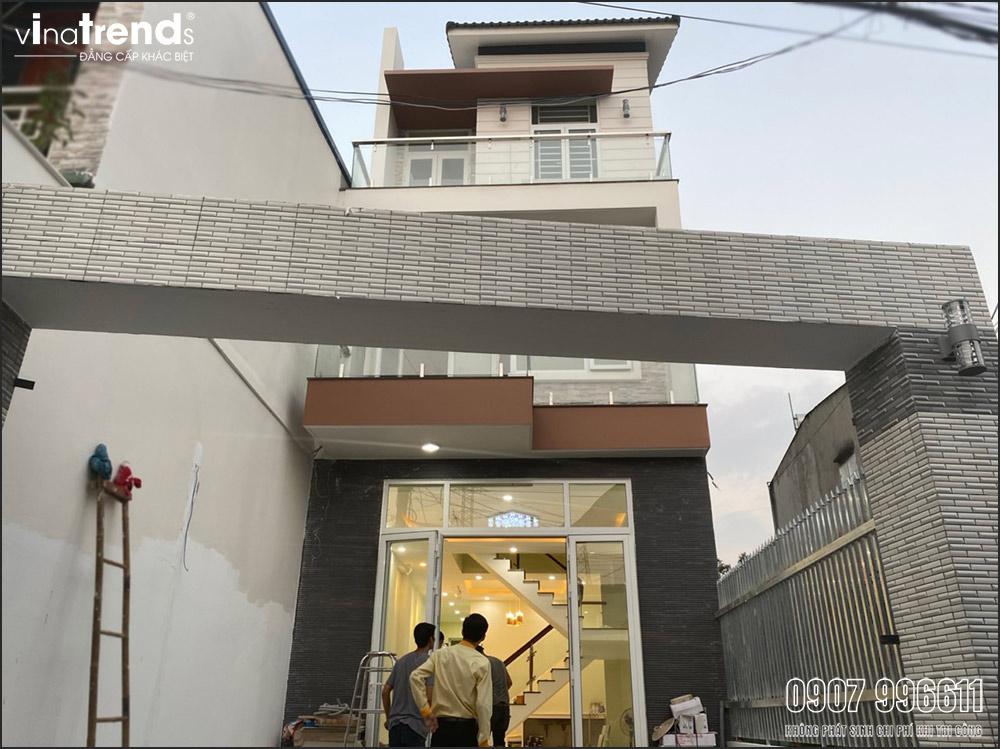 thi cong mau nha 3 tang hien dai dep o bien hoa 1 Mẫu nhà 3 tầng hiện đại 4,7m dài 15m để thỏa mái ô tô đang thi công ở Amata Biên Hòa