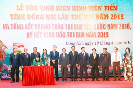 giam doc nguyen ngoc ha vinatrends nhan bang khen ca nhan dien hinh nam 2018 tinh dong nai 3 CEO Nguyễn Hà được tuyên dương điển hình tiên tiến tỉnh Đồng Nai năm 2019