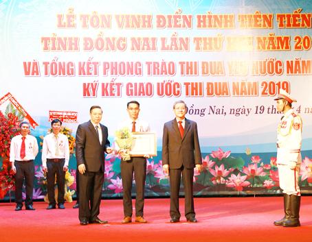 giam doc nguyen ngoc ha vinatrends nhan bang khen ca nhan dien hinh nam 2018 tinh dong nai 4 CEO Nguyễn Hà được tuyên dương điển hình tiên tiến tỉnh Đồng Nai năm 2019