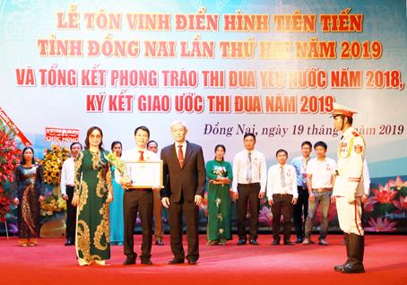 giam doc nguyen ngoc ha vinatrends nhan bang khen ca nhan dien hinh nam 2018 tinh dong nai 5 CEO Nguyễn Hà được tuyên dương điển hình tiên tiến tỉnh Đồng Nai năm 2019