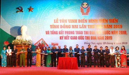 giam doc nguyen ngoc ha vinatrends nhan bang khen ca nhan dien hinh nam 2018 tinh dong nai 7 CEO Nguyễn Hà được tuyên dương điển hình tiên tiến tỉnh Đồng Nai năm 2019