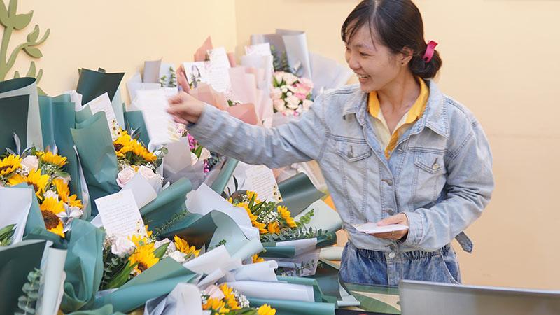 vinatrends tang qua 20 10 cho nhan vien va khach hang 5 VinaTrends mừng ngày Phụ nữ Việt Nam 20/10 cho nhân viên nữ và vợ nhân viên
