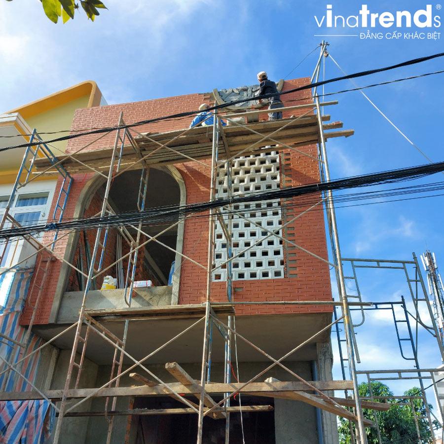 xay nha 2 tang 1 tum dep 1 Mẫu nhà 2 tầng 1 tum đẹp 5x16m sơn Vàng trang trí gạch đỏ đất nung gây tò mò hàng xóm