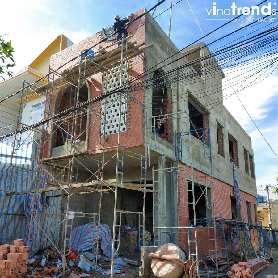 xay nha 2 tang 1 tum dep 2 Mẫu nhà 2 tầng 1 tum đẹp 5x16m sơn Vàng trang trí gạch đỏ đất nung gây tò mò hàng xóm