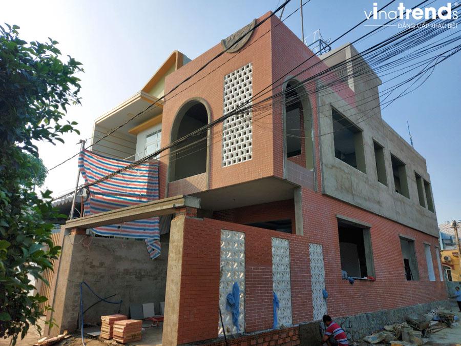 xay nha 2 tang 1 tum dep 3 Mẫu nhà 2 tầng 1 tum đẹp 5x16m sơn Vàng trang trí gạch đỏ đất nung gây tò mò hàng xóm