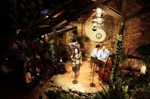 cafe san vuon soi da 500x332 Top 10 thiết kế quán cafe đẹp TPHCM lay động lòng người   CF050814A